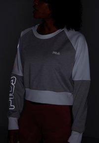 Fila - CROPPED CREW - Sportshirt - light grey melange bros/bright white - 6