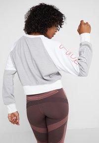 Fila - CROPPED CREW - Sportshirt - light grey melange bros/bright white - 2