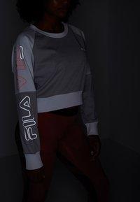 Fila - CROPPED CREW - Sportshirt - light grey melange bros/bright white - 5