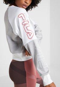 Fila - CROPPED CREW - Sportshirt - light grey melange bros/bright white - 4