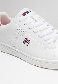 Fila - CROSSCOURT 2 - Obuwie treningowe - white/red - 5