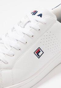 Fila - CROSSCOURT 2 - Sportschoenen - white/dress blue - 5