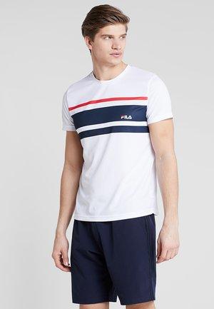 TREY - T-shirt med print - white/peacoat blue/red