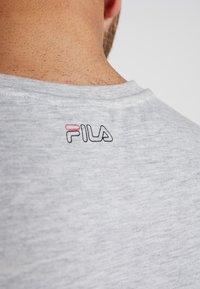 Fila - AKI LOGO TEE - T-shirt print - light grey melange/bright white - 4
