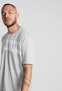Fila - AKI LOGO TEE - T-shirt print - light grey melange/bright white - 3