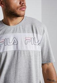 Fila - AKI LOGO TEE - T-shirt print - light grey melange/bright white - 6