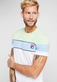 Fila - LASSE - T-shirt med print - white/pistachio green/placid blue/peacoat blue - 4