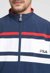 Fila - SUIT THEO - Dres - peacoat blue/white/red - 5