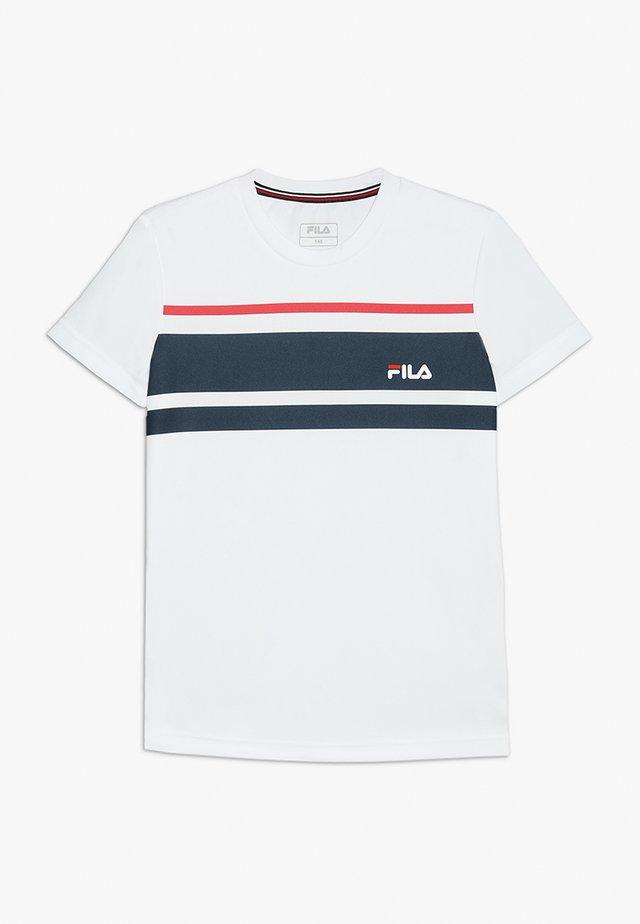 TREY BOYS - T-shirt med print - white/peacoat blue/fila red