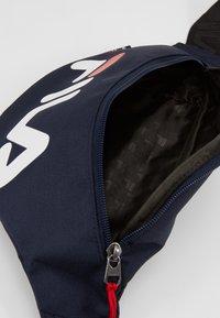 Fila - WAIST BAG SLIM - Ledvinka - black iris - 4