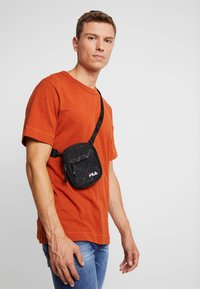 Fila - NEW PUSHER BAG BERLIN - Bandolera - black - 1