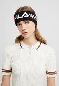 Fila - INTARSIA HEADBAND - Pipo - black/bright white(true red - 3