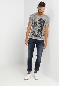 Key Largo - INDIAN SKULL - T-shirt imprimé - silver - 1