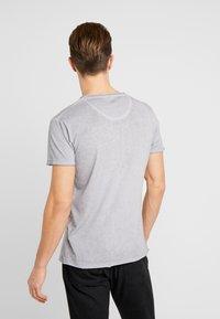 Key Largo - FEARLESS ROUND - T-shirt imprimé - silver - 2