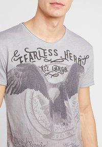 Key Largo - FEARLESS ROUND - T-shirt imprimé - silver - 4