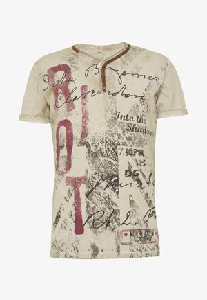 RIOT BUTTON - Print T-shirt - sand