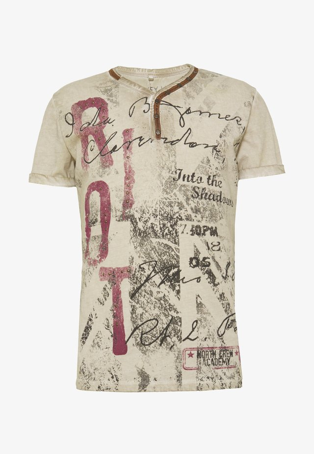 RIOT BUTTON - T-shirt imprimé - sand