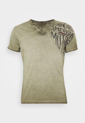 MOTORS BUTTON - Print T-shirt - mil green