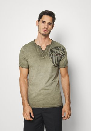 MOTORS BUTTON - Print T-shirt - mil green