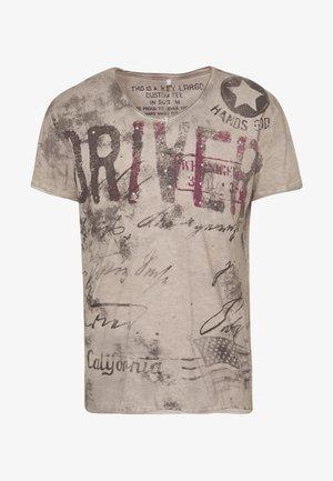 DRIVERS VNECK - T-shirt z nadrukiem - silver