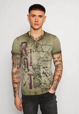 HIGHWAY BUTTON - Print T-shirt - mil green