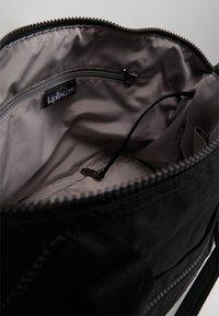 Kipling - ART S - Velká kabelka - true dazz black - 8