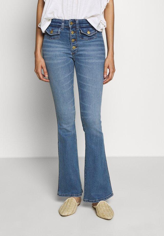 YOKO - Flared Jeans - stone denim