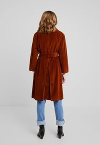 LOIS Jeans - BONNIE - Trenchcoat - bitter choco - 2