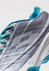 Lotto - MIRAGE 300 CLY - Chaussures de tennis pour terre-battueerre battue - silver metal/all white/mosaic blue - 6