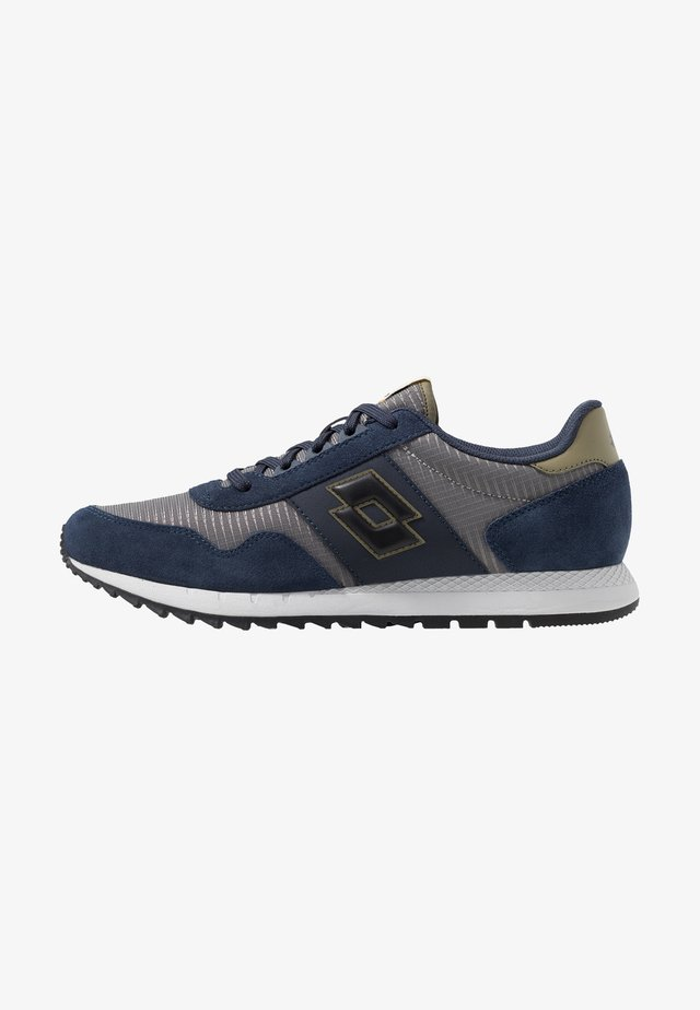 RUNNER PLUS - Neutral running shoes - cool gray/all black/dark blue
