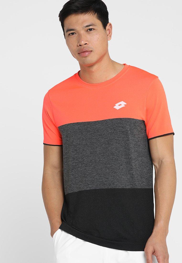 Lotto - TENNIS TECH TEE - Print T-shirt - fiery coral/all black