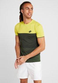 Lotto - TENNIS TECH TEE - T-shirt imprimé - apple green/green resin - 0