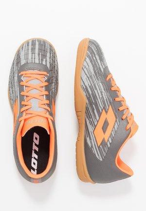 SOLISTA 700 III ID - Fußballschuh Halle - cool gray/orange fluo/gravity titan