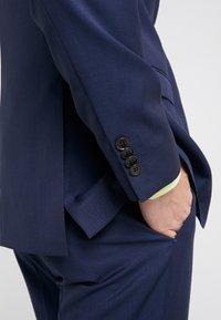 Michael Kors - SLIM FIT SOLID SUIT - Oblek - blue - 12