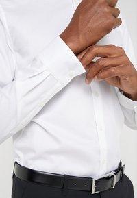 Michael Kors - PARMA SLIM FIT SOLID - Camicia elegante - white - 5