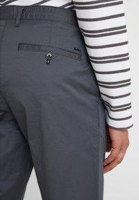 Michael Kors - Pantalones chinos - smoke - 3