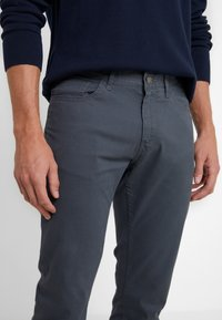 Michael Kors - POCKET PANT - Pantalon classique - smoke - 3