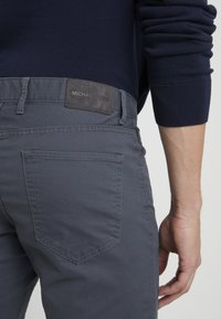 Michael Kors - POCKET PANT - Pantalon classique - smoke - 5