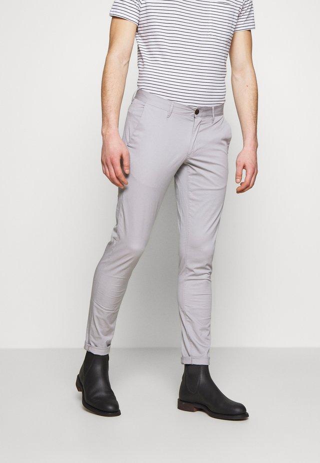 SKINNY - Pantalones chinos - alloy