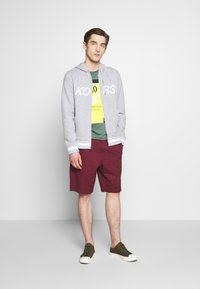 Michael Kors - WASHED - Shorts - cassis - 1