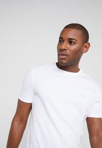 Michael Kors - SLEEK CREW NECK  - T-shirt basic - white - 3