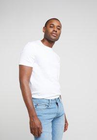 Michael Kors - SLEEK CREW NECK  - T-shirt basic - white - 0