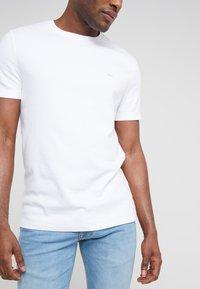 Michael Kors - SLEEK CREW NECK  - T-shirt - bas - white - 5
