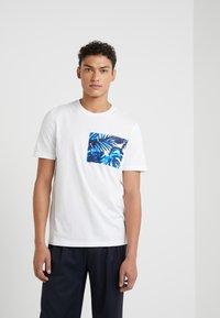 Michael Kors - POCKET GRAPHIC TEE - T-shirt med print - white - 0