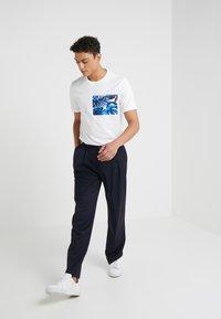 Michael Kors - POCKET GRAPHIC TEE - T-shirt med print - white - 1