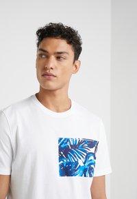 Michael Kors - POCKET GRAPHIC TEE - T-shirt med print - white - 4