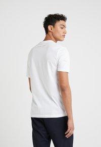 Michael Kors - POCKET GRAPHIC TEE - T-shirt med print - white - 2