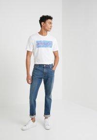 Michael Kors - CREW NECK MARKER LOGO GRAPHIC - T-shirt med print - white - 1