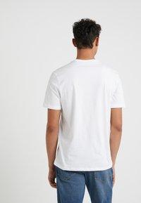 Michael Kors - CREW NECK MARKER LOGO GRAPHIC - T-shirt med print - white - 2