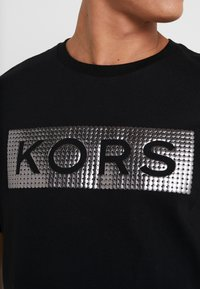 Michael Kors - Camiseta estampada - black - 4